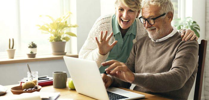 Älterer Mann und Frau arbeiten am Computer