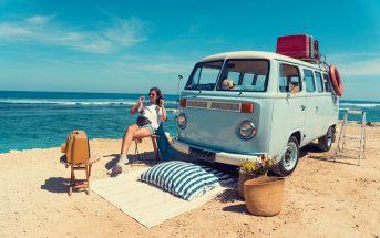 Frau genießt Urlaub mit Wohnmobil